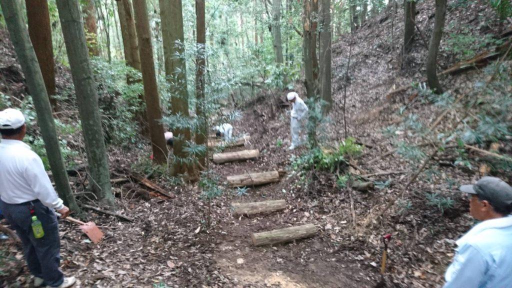 切った木は階段・土留めに