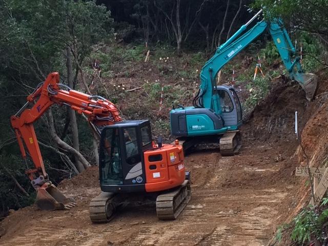 山側、谷側を慎重に開削、整地