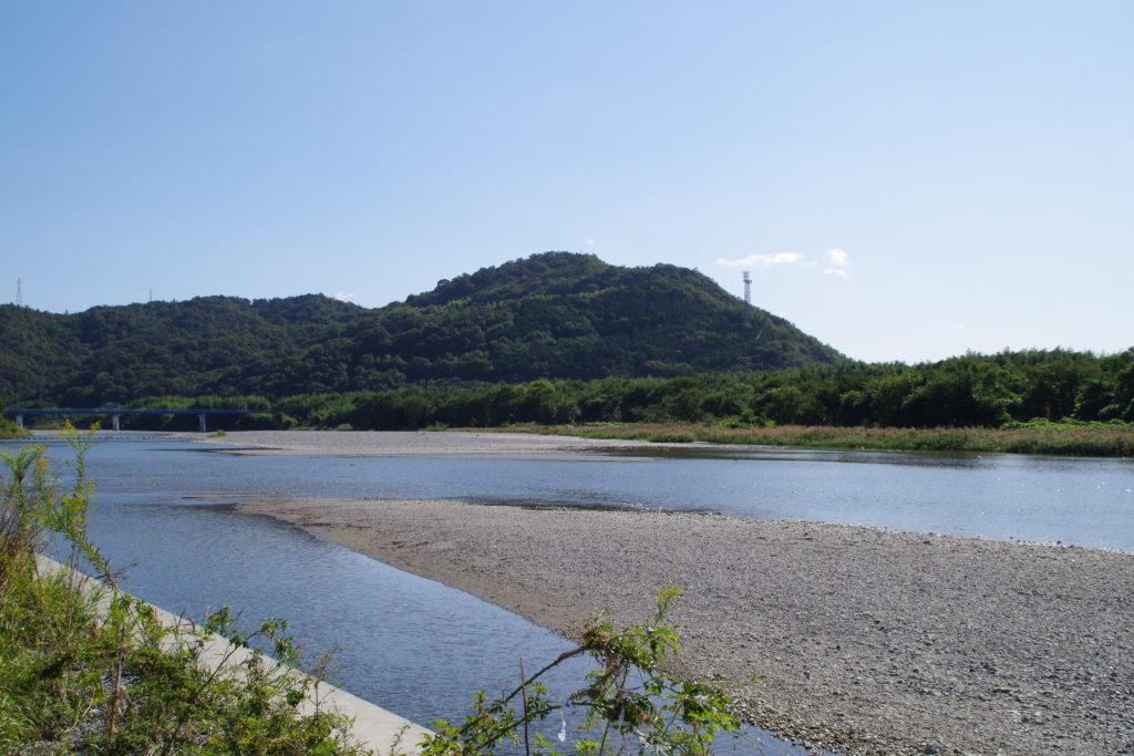 鮎喰川から僧都山を臨む