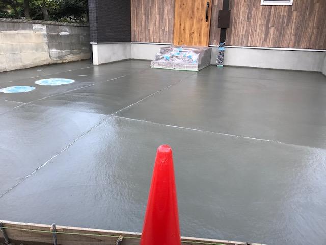 駐車場のコンクリートを打設。