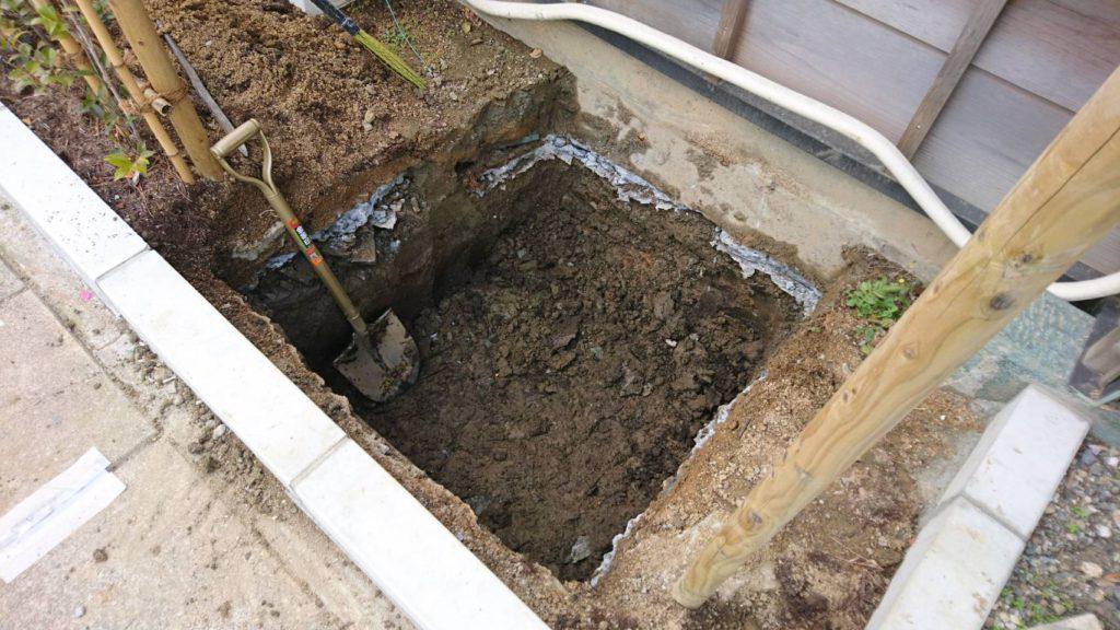 基礎コンクリートを打つ穴をスコップで手掘り