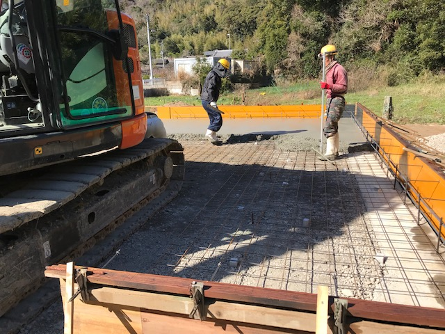 土間コンクリート打設状況。左官工