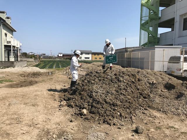 土壌試験のサンプル採取状況